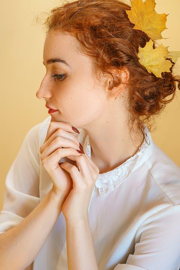 Portrait d'une belle jeune femme avec les cheveux rouges, souriant avec bonheur photos libres de droits
