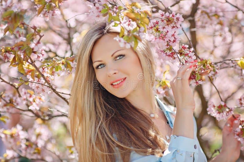 Portrait d'une belle jeune femme blonde avec de longs cheveux à un b photos libres de droits