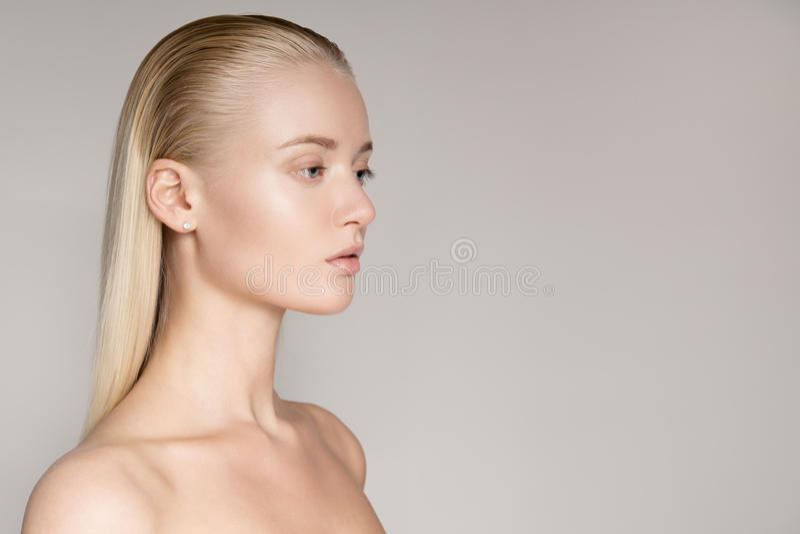 Portrait d'une belle jeune femme blonde avec long Hai droit photos stock