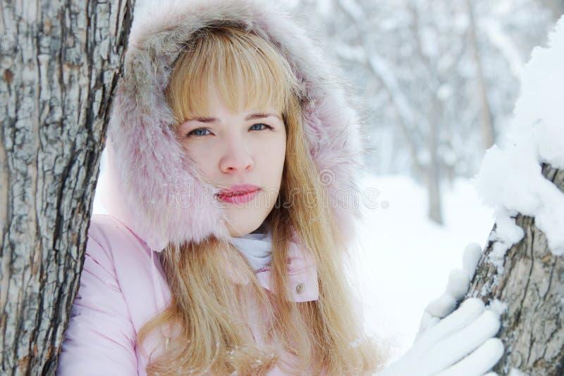 Portrait d'une belle jeune femme blonde dehors en hiver photographie stock libre de droits