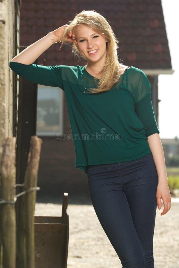 Portrait d'une belle jeune femme détendant dehors images stock