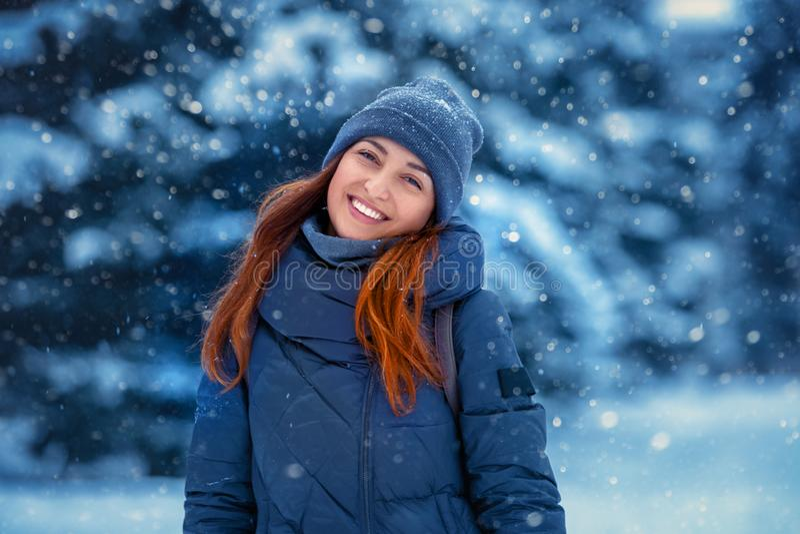 Portrait d'une belle jeune femme gaie en hiver en nature image libre de droits