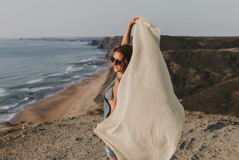 Portrait d'une belle jeune femme heureuse jouant avec un mouchoir et le vent sur le dessus d'une colline Jeunes adultes lifestyle images libres de droits