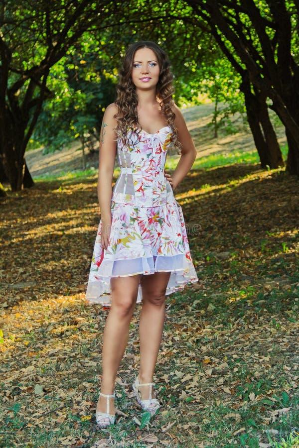 Portrait d'une belle jeune femme naturelle photos libres de droits