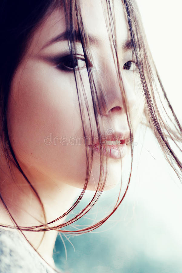 Portrait d'une belle jeune fille d'aspect asiatique, plan rapproché, dehors image libre de droits