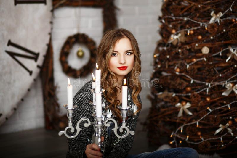 Portrait d'une belle jeune fille dans des décorations de Noël photo stock