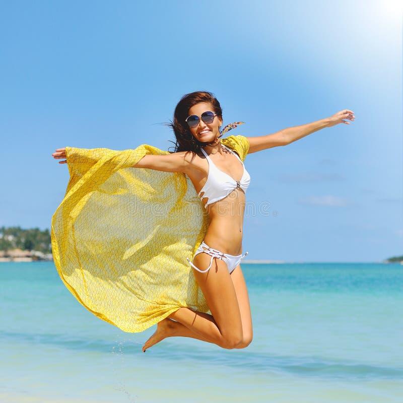 Portrait d'une belle jeune fille de brune dans le bikini ayant l'amusement photos stock