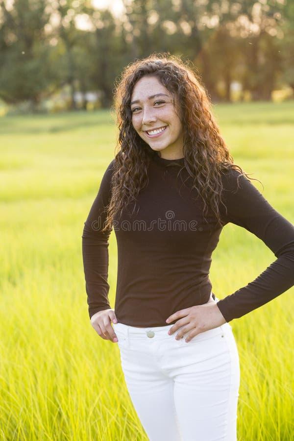 Portrait d'une belle jeune fille de l'adolescence hispanique dehors images libres de droits