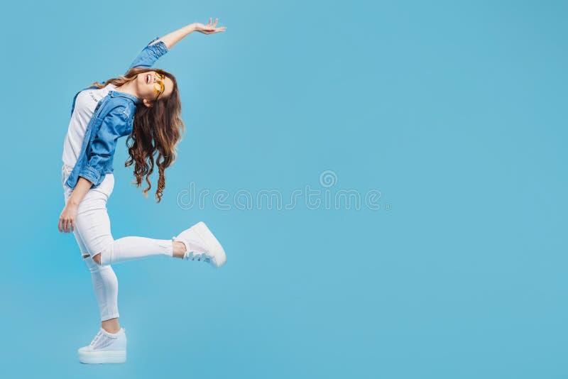 Portrait d'une belle jeune fille posant sur un fond bleu Concept de paix image stock