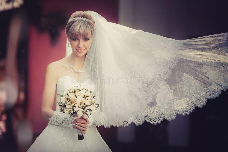 Portrait d'une belle jeune mariée blonde avec le bouquet de mariage photos libres de droits
