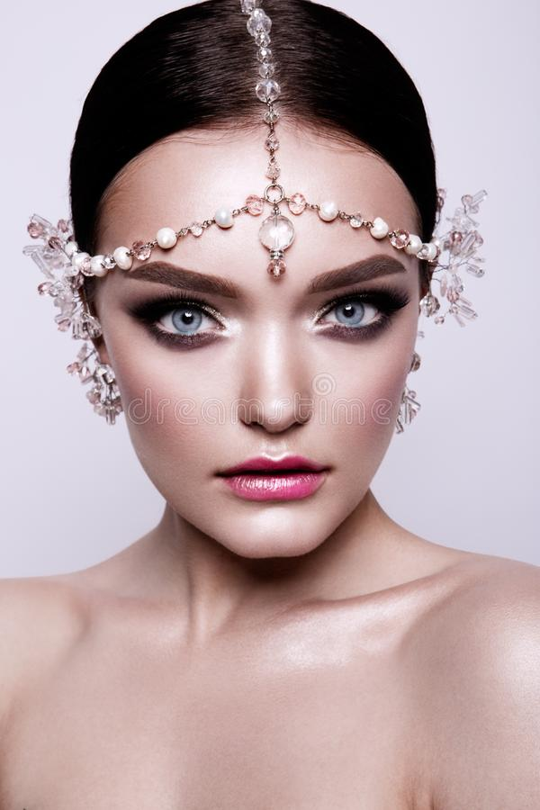 Portrait d'une belle jeune mariée de brune de mode, doux et sensuel Épouser composent et des cheveux œil bleu photographie stock