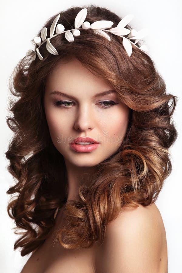 Portrait d'une belle jeune mariée de mode, doux et sensuel images stock