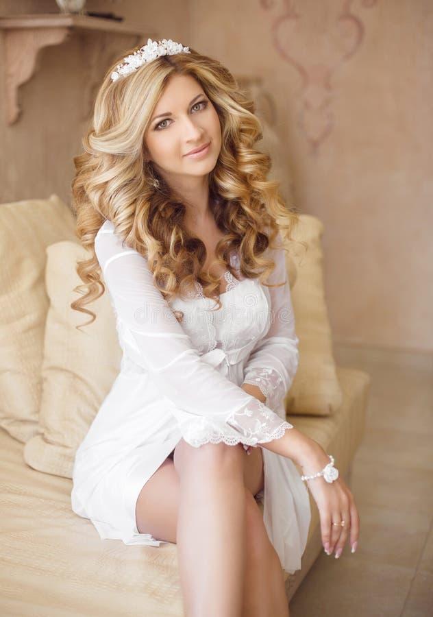 Portrait d'une belle jeune mariée de sourire Jeune femme avec le long cabot image stock