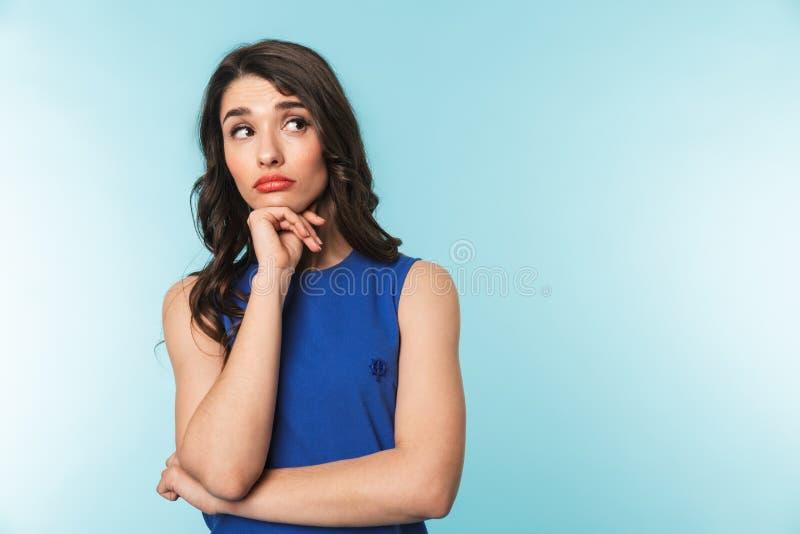 Portrait d'une belle jeune position de femme de brune photo stock