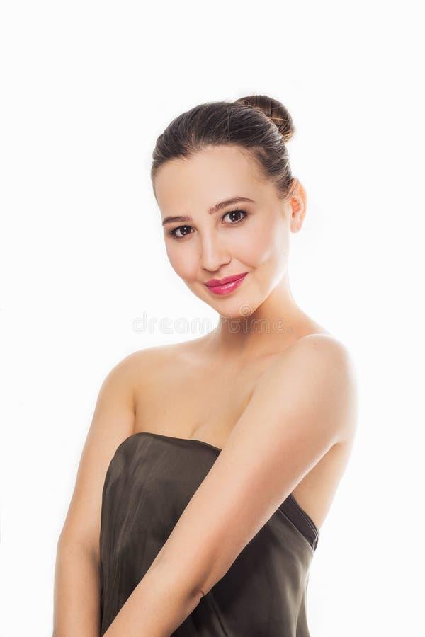 Portrait d'une belle, mignonne, sexy fille, avec un sourire regardant la caméra, cheveux en gros plan et rassemblés, maquillage d photos libres de droits