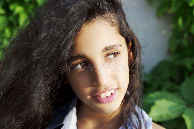 Portrait d'une belle petite fille africaine en parc photo stock