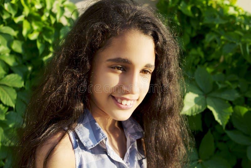 Portrait d'une belle petite fille africaine en parc image libre de droits