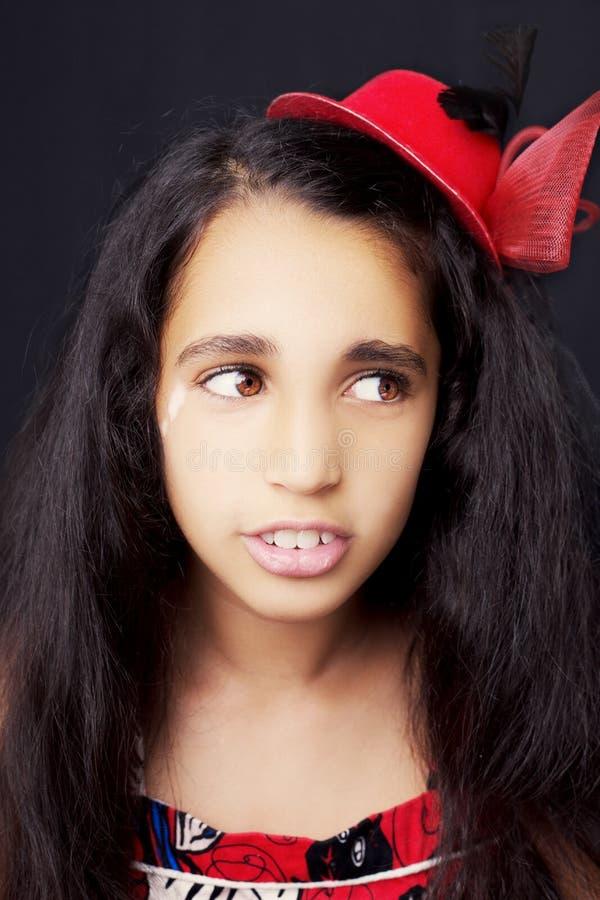 Portrait d'une belle petite fille africaine sur le fond noir photo libre de droits