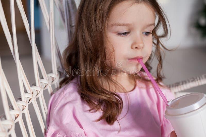 Portrait d'une belle petite fille dans une robe rose cinq ans image stock