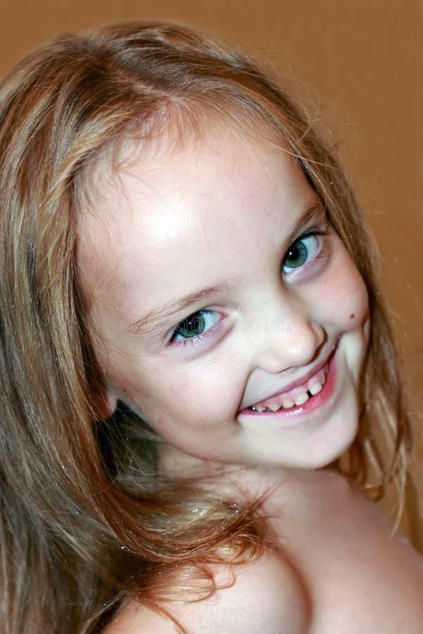 Portrait d'une belle petite fille riante avec de longs cheveux images libres de droits