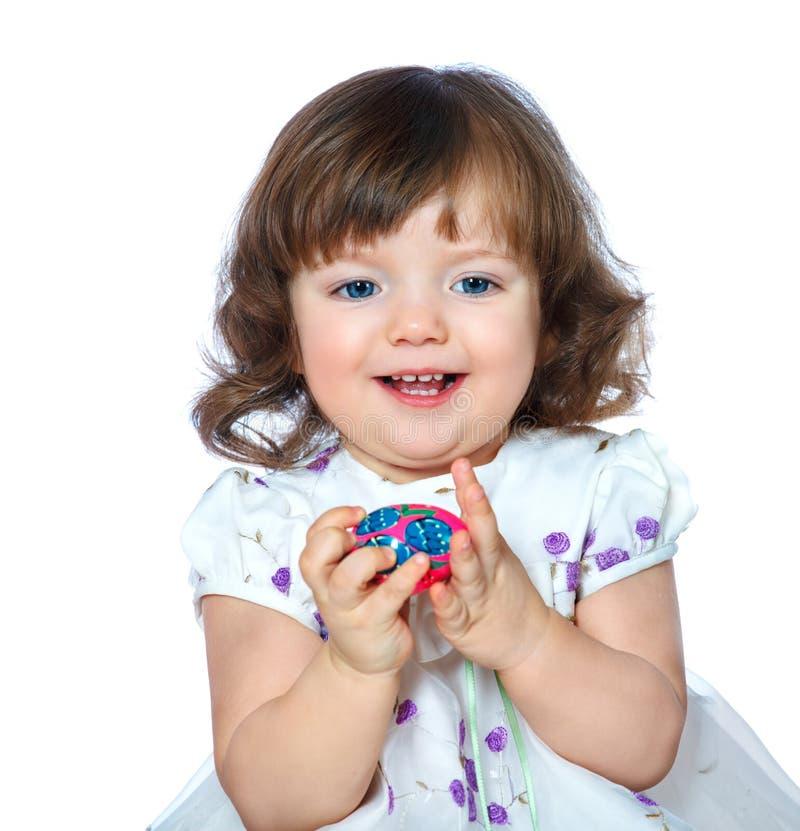 Portrait d'une belle petite fille tenant des oeufs de pâques sur un whi photo libre de droits
