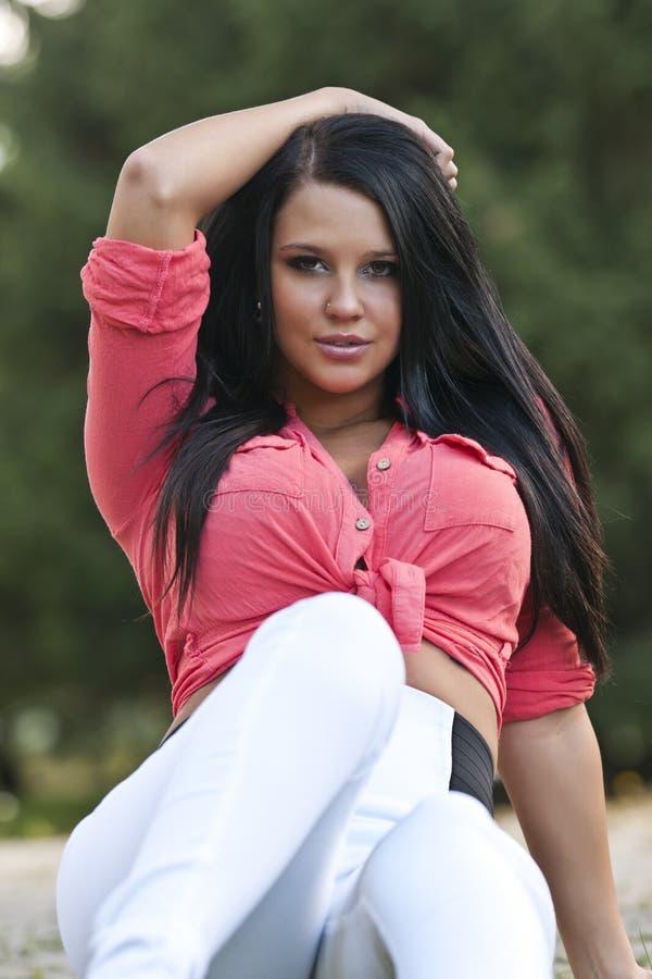 Portrait d'une belle pose de femme extérieure photographie stock