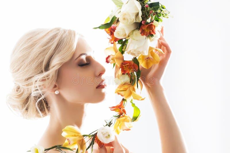 Portrait d'une belle, sensuelle jeune mariée avec des fleurs images stock