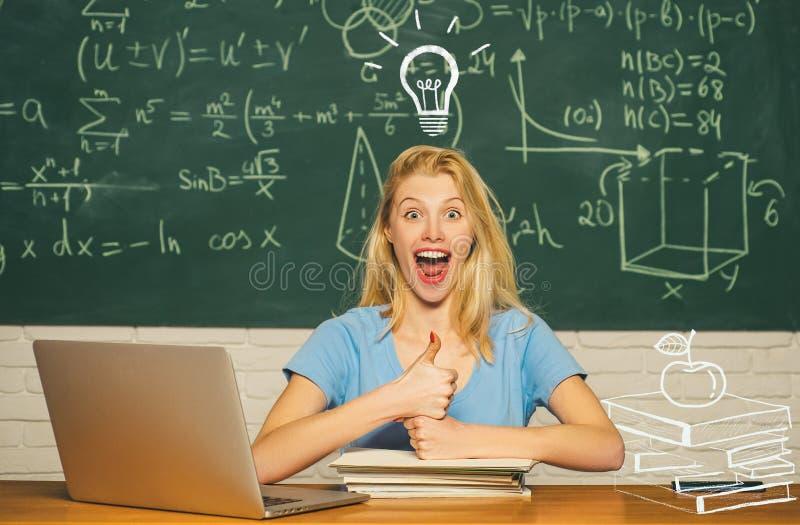 Portrait d'une belle ?tudiante Humeur heureuse souriant largement ? l'universit? ?tudiant f?minin sur le campus images libres de droits