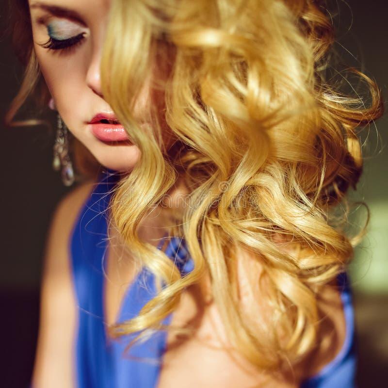 Portrait d'une blonde aux yeux bleus très attirante et sensuelle avec le hai photographie stock