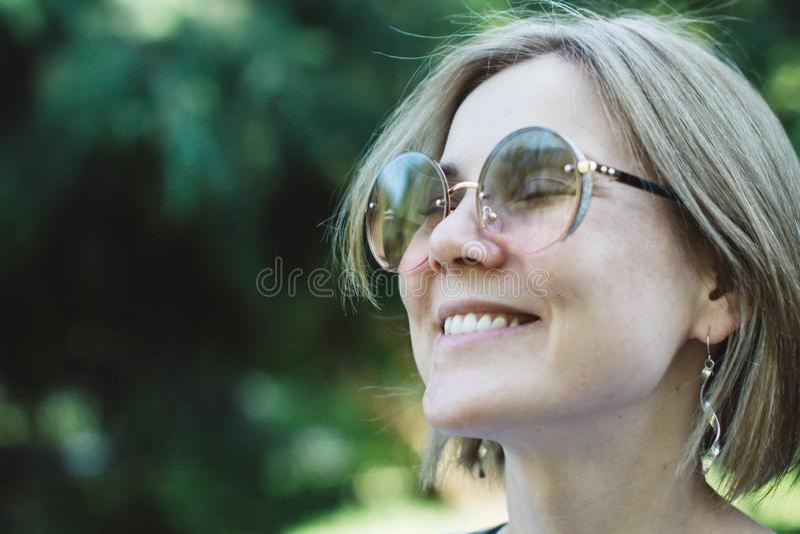 570 Portrait De Femme Blonde Avec Des Lunettes De Soleil