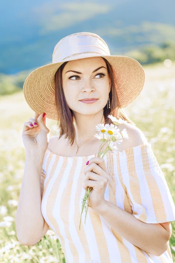 Portrait d'une brune élégante avec un bouquet photos libres de droits
