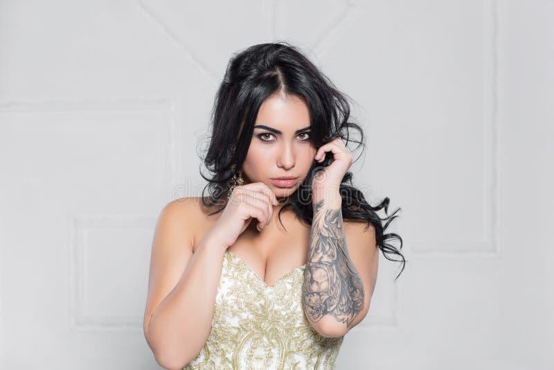 Portrait d'une brune de attirance avec un tatouage photo stock