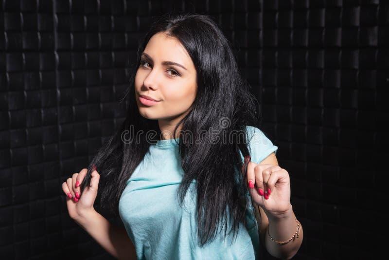 Portrait d'une brune espiègle photos stock