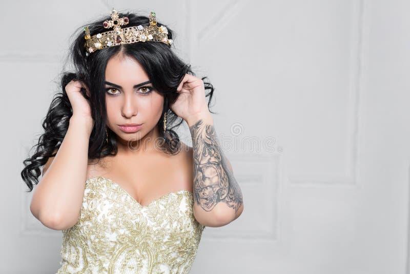 Portrait d'une brune mignonne avec un tatouage images stock