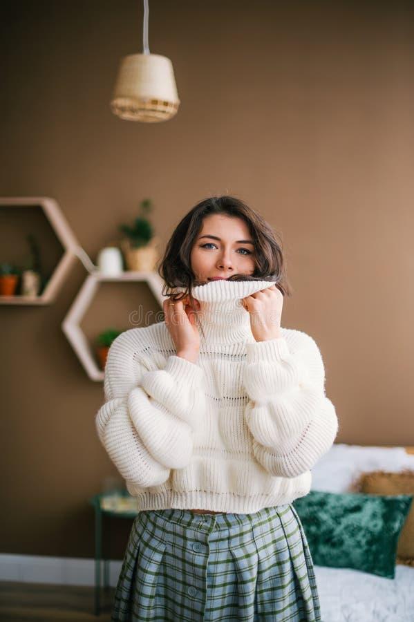 Portrait d'une brune mignonne dans un chandail blanc chaud photographie stock libre de droits