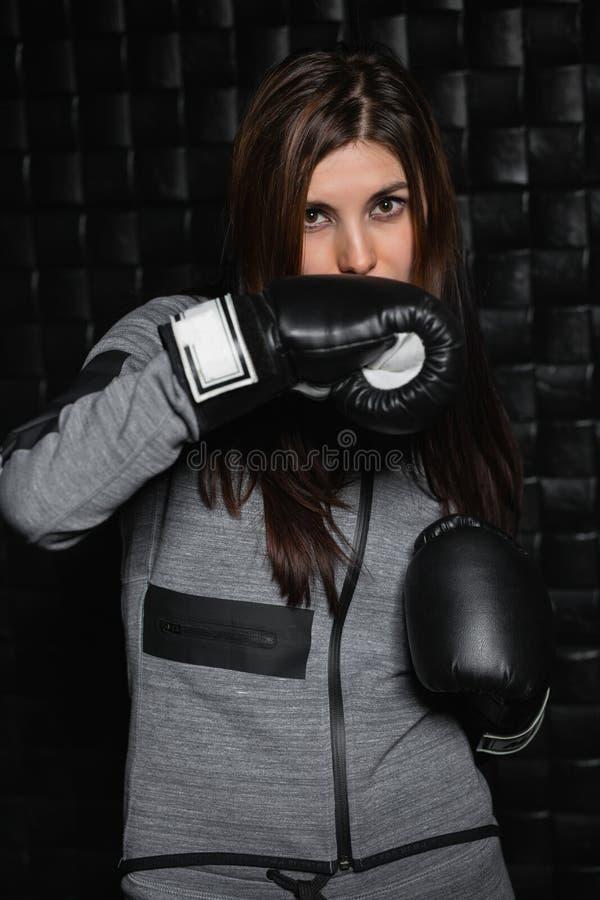 Portrait d'une brune sportive avec du charme images stock