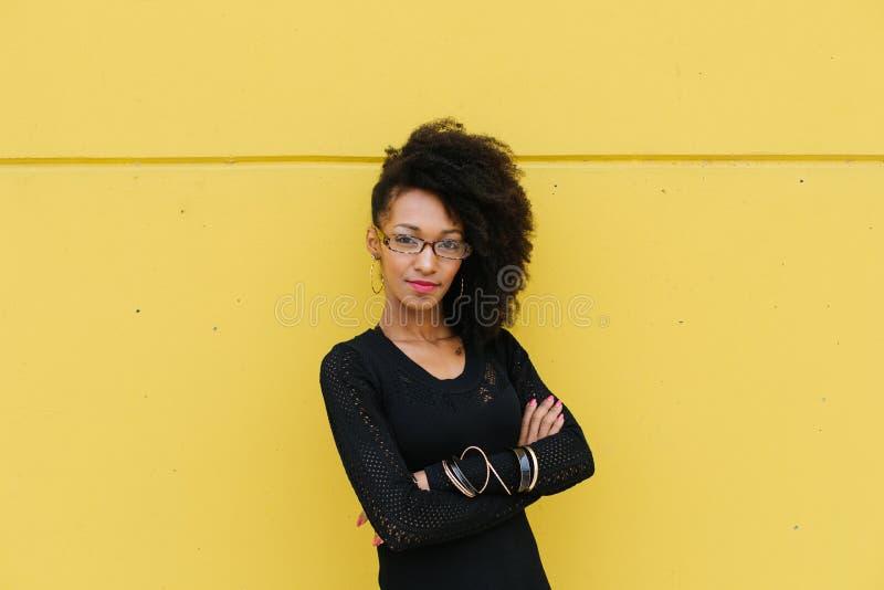 Portrait d'une coiffeuse afro élégante photographie stock
