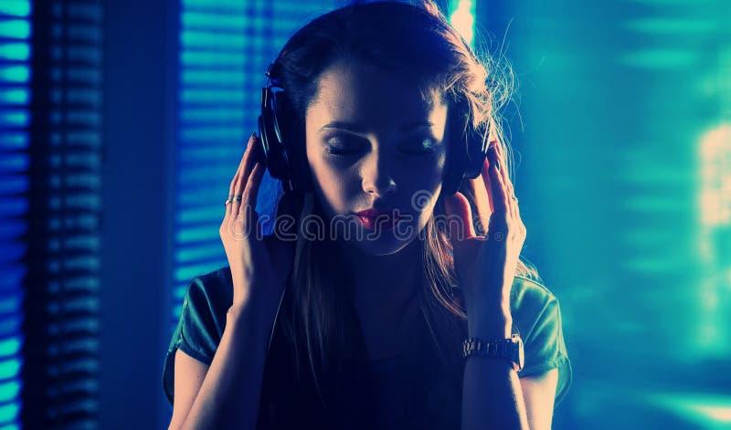 Portrait d'une dame écoutant la musique images libres de droits