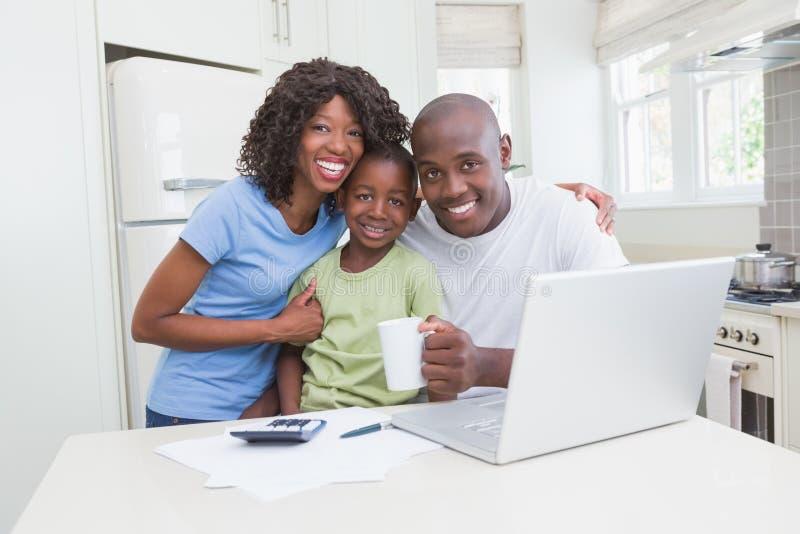 Download Portrait D'une Famille De Sourire Heureuse Utilisant L'ordinateur Photo stock - Image du ordinateur, mâle: 56484608