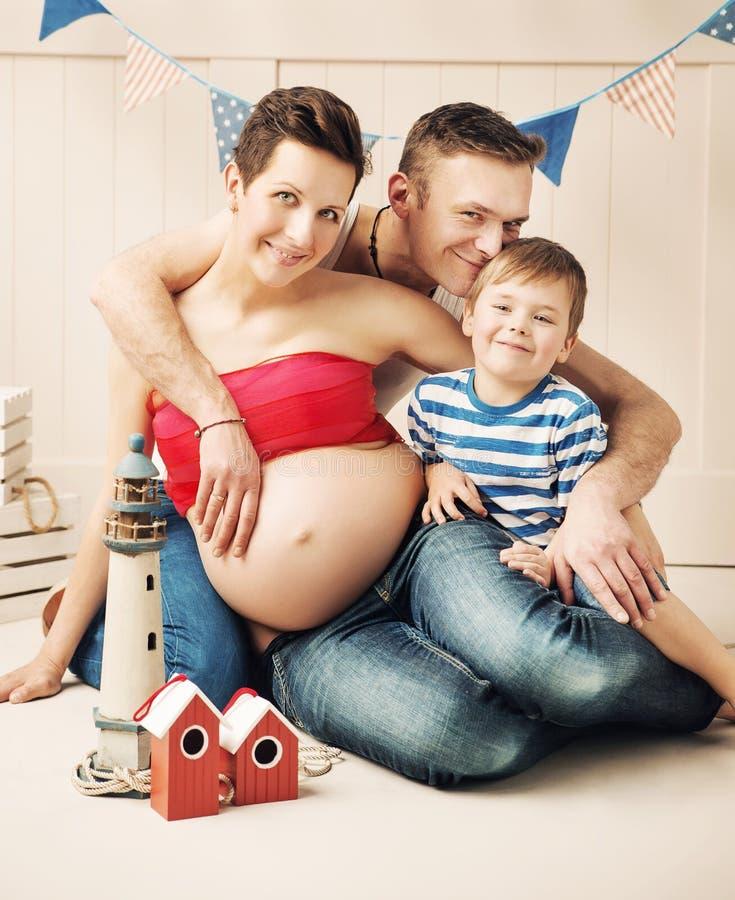 Portrait d'une famille heureuse s'attendant à un nouveau membre images libres de droits