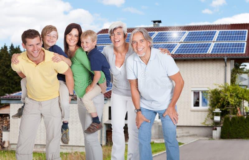 Portrait d'une famille heureuse souriant en dehors de la Chambre images stock