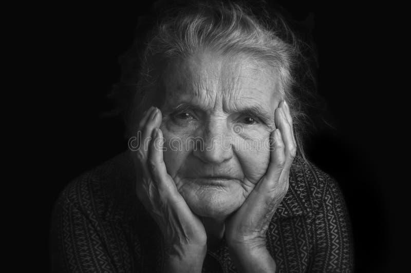 Portrait d'une femme âgée triste Rêver le passé image libre de droits