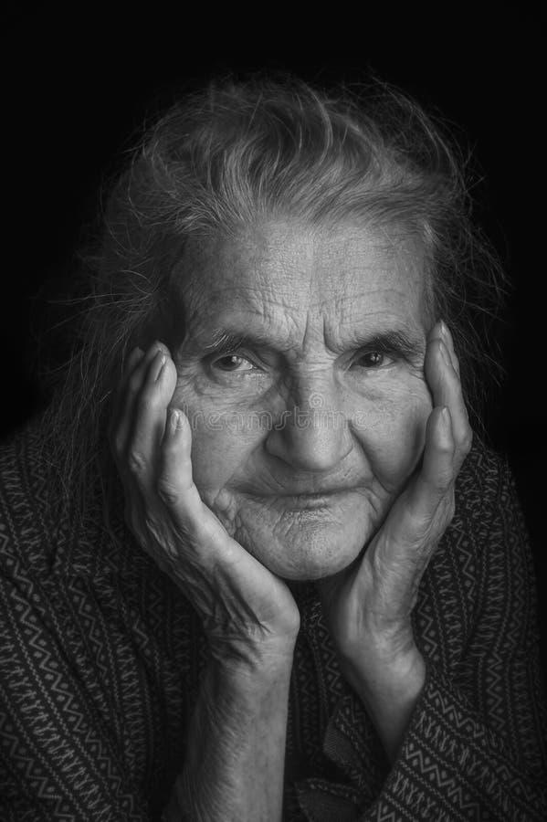 Portrait d'une femme âgée triste Rêver le passé photos libres de droits