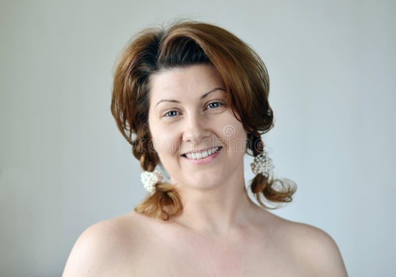 Portrait d'une femme adulte avec les épaules nues photo stock
