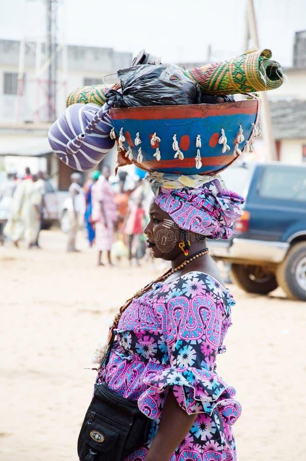 Portrait d'une femme adulte chargeant une calebasse photos stock