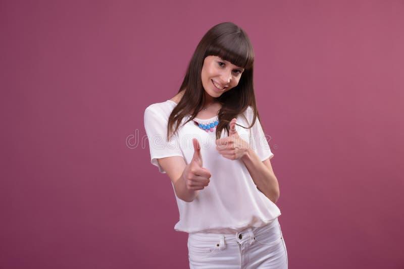 Portrait d'une femme d'affaires de sourire avec des pouces  photo stock