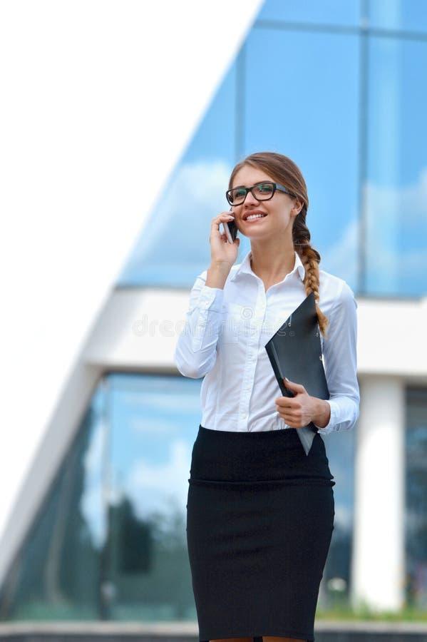 Portrait d'une femme d'affaires parlant au téléphone portable photos libres de droits