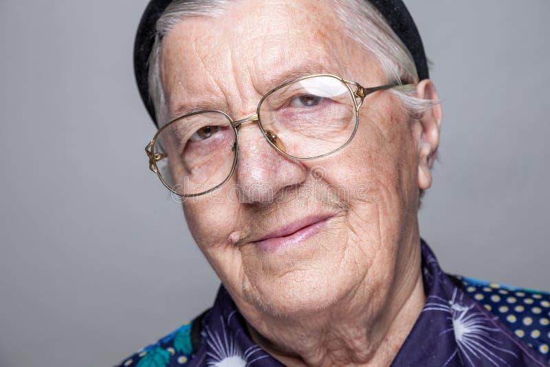 Portrait d'une femme agée avec des verres photo libre de droits