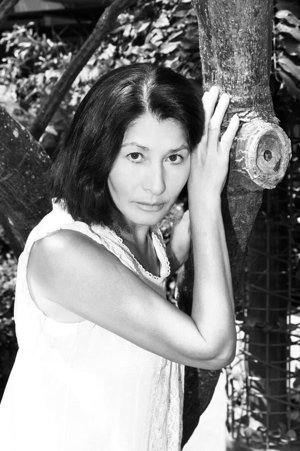 Portrait d'une femme agée près de l'arbre photos libres de droits