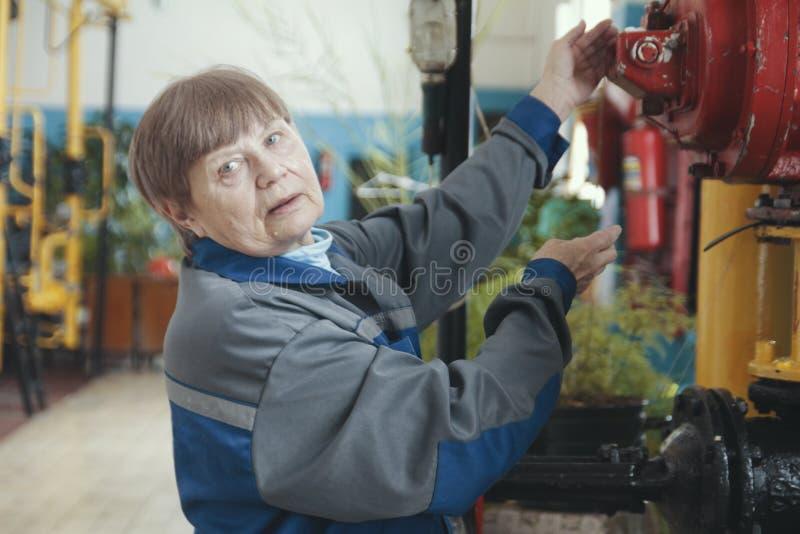 Portrait d'une femme agée - travailleur - technicien supérieur sur le site industriel de fabrication photos stock